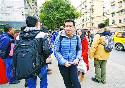 数学科目开考前,一名考生快步冲向宜川中学考点。本报记者 张驰 实习生 孟雨涵 摄