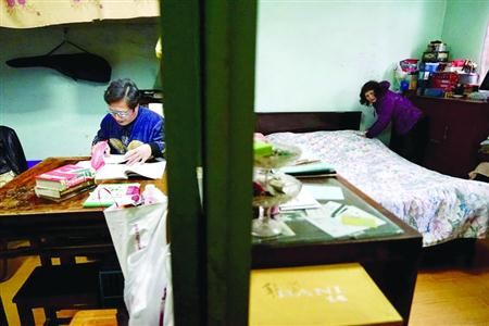 1月5日上午,保姆陈阿姨做家务时,一旁的雇主孙老师正在为她的孙子出练习题。 晨报记者 朱影影