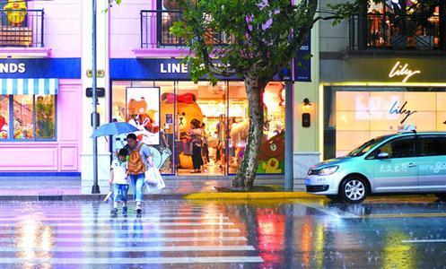 自本市开展交通大整治以来,市民的交通守法意识明显增强,礼让行人渐渐成为一种自觉。图为淮海中路、思南路口,尽管没有信号灯指示,大多数机动车也会自觉礼让斑马线上行人。(资料)
