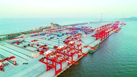 ◆昨天,洋山四期自动化码头做开港前的最后调试工作。 本报记者 张海峰 摄