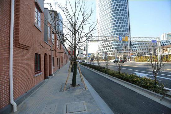 图说:沿街的建筑立面整齐划一。齐传彬 摄