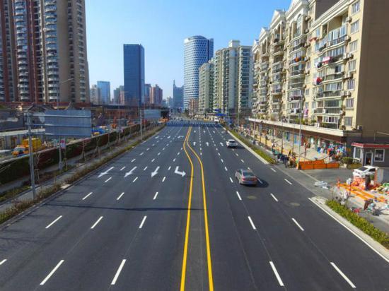 """图说:原本宽度不到10米的海伦路""""变身""""双向通 行的通衢大道。齐传彬 摄"""