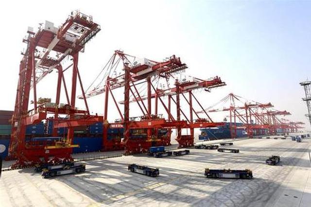 世界最大自动化码头洋四期开港 首批桥吊女司机上岗