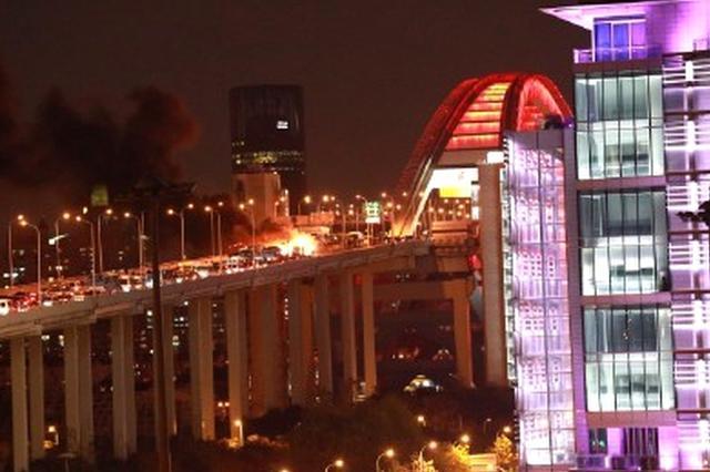 卢浦大桥两车相撞起火 晚高峰交通拥堵严重