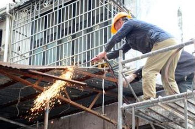 北蔡镇整治破墙开店违法经营 整改二楼涉及违法搭建