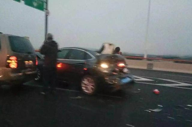 上海中环3车相撞 救护车逆行送救3人
