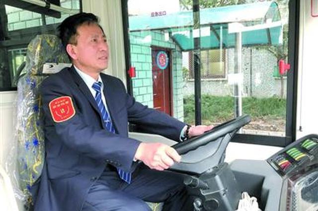 巴士三公司01路司机徐尚军 /顾圣辉