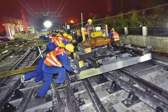 轨交莘庄站轨道施工进入关键阶段 工人深夜冒严寒作业
