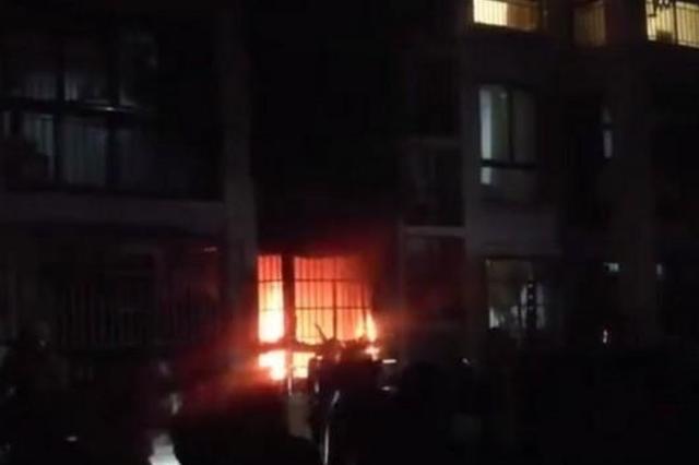 浦东高宝路一底楼居民家起火 男主人局部烧伤