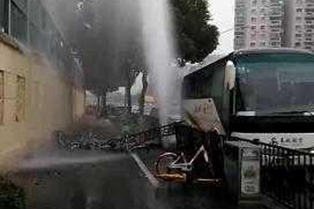 轿车撞坏消防栓喷出10米高水柱 多栋房屋地下室进水