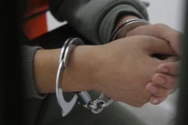 男子用备用钥匙开门 拿前女友手机给自己转钱被拘