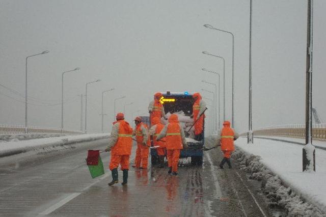 沪道路养护单位开启24小时值班模式 全力保障交通安全
