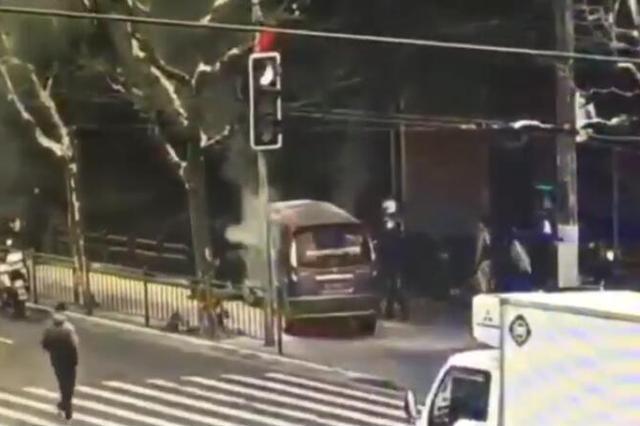 南京西路交通肇事案现场视频:星巴克员工取灭火器施救