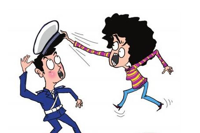 男子违反交规抵抗处罚 诬陷警察打人遭群众指责