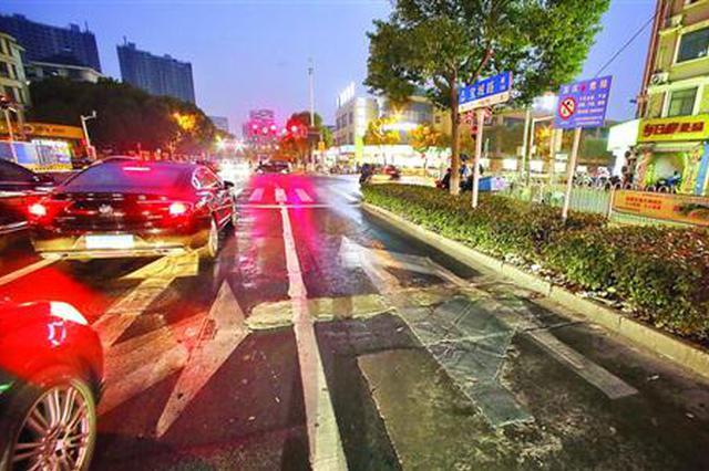 闵行一道路新旧标线混杂违章司机不断 两日内重新划线