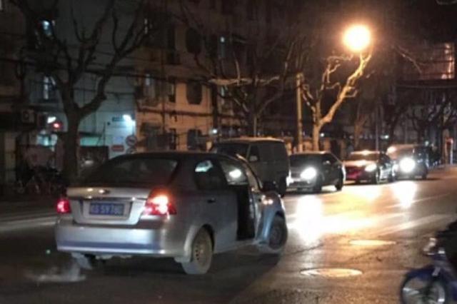 任性司机将车停在马路中央与朋友吵架 引不少市民侧目