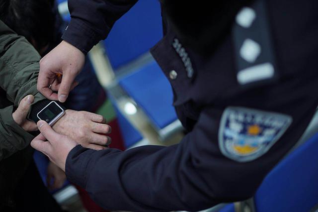上海部分服刑人员获准春节探亲 出狱前佩戴定位腕带