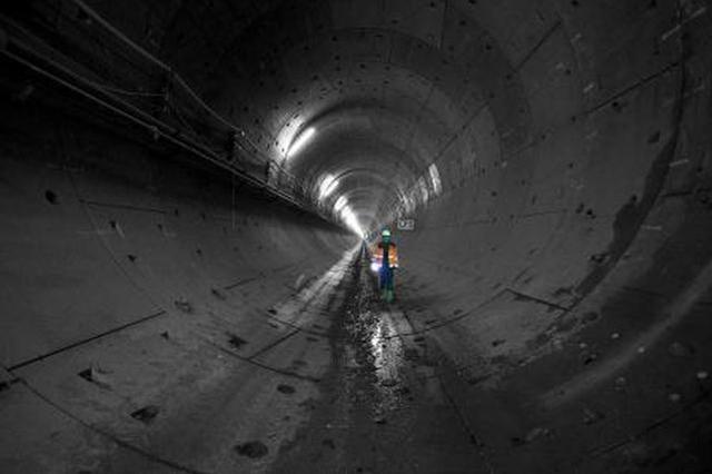 新春走基层:电力工人每天徒步隧道间 保卫电力安全