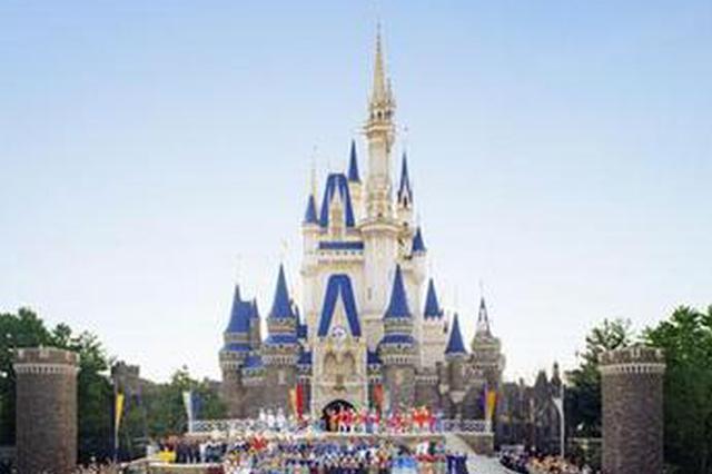 申城旅游景点游人如织 迪士尼现场停售当日票