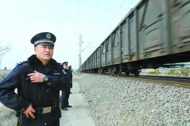 春运铁路民警的一天:2分钟吃顿饭 同个问题答几百次