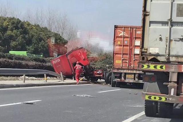 上海绕城高速上集卡与土方车相撞 致2人受伤送医