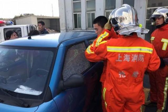 上海一男子误将1岁女儿反锁车中 消防员破窗解救