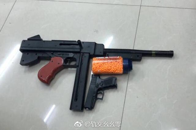 上海警方:BB弹击碎地铁车厢玻璃 涉事者为初中生