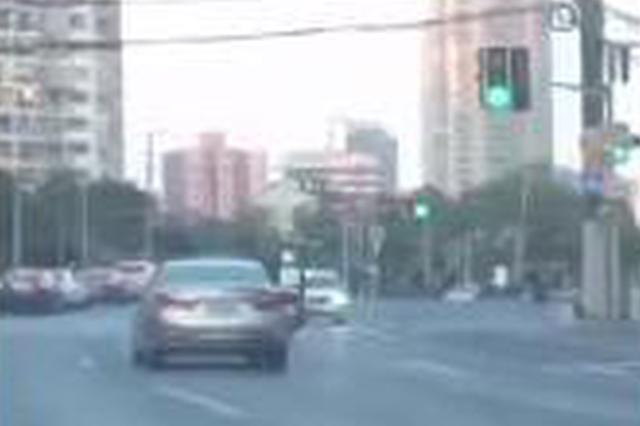 视频:司机海宁路上倒车逆行 经查有精神病史