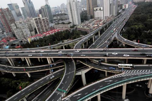 轿运车司机载十几辆新车驶入内环高架 引过路车主惊呼