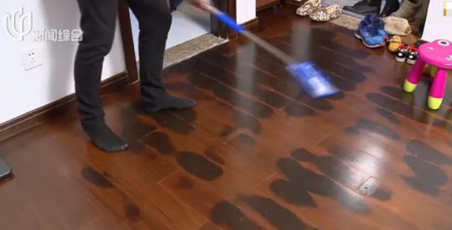 视频:小区精装修房地暖问题多 业主地板被烤焦