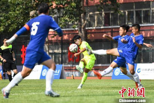球員們綠茵場切磋技藝,促進大學生足球的國際交流。 武俊杰 攝