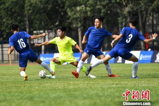 中韓大學生綠茵場以球會友。 武俊杰 攝