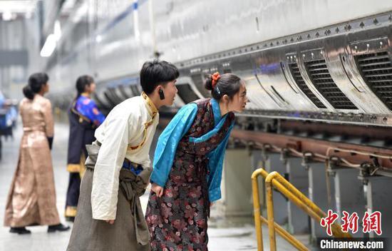 藏族学子认真观摩动车组。 张晋彤 摄