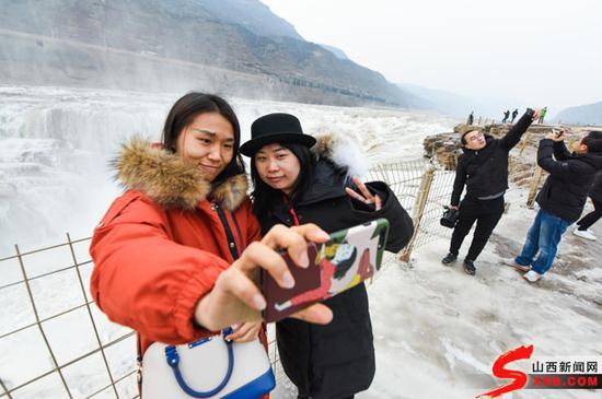 壶口瀑布的冰挂美景令网媒记者连连赞叹