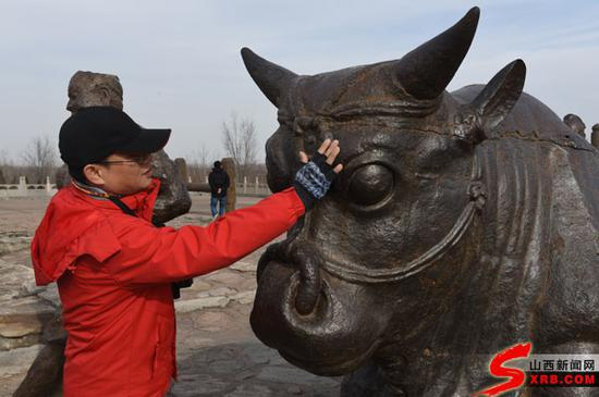 网媒记者触摸千年黄河大铁牛