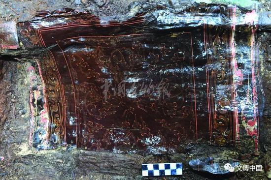 漆案 西汉 残缺,正方形,边长44厘米。木胎,双面髹红褐色漆。边沿装饰一周云气纹