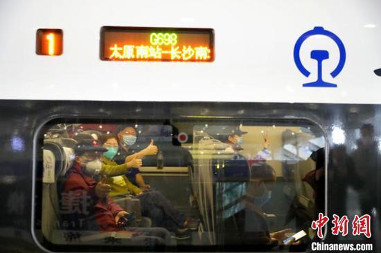 """山西第三批援鄂医疗队乘坐高铁奔赴武汉""""战疫""""一线。 任丽娜 摄"""