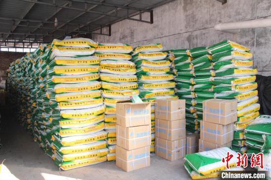 长子县农业农村局与交通部门沟通对接,开辟绿色通道,保障农业生产所需的种子、化肥、农药等农资运输。 宋云 摄