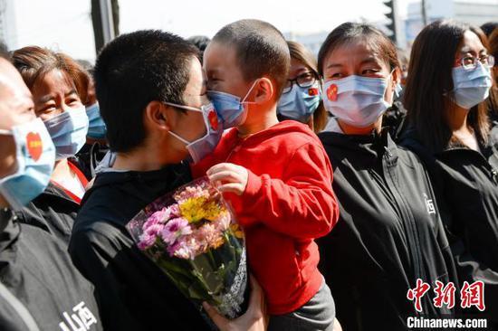 4月14日,山西支援湖北医疗队最后一批返回的队员结束14天的隔离休养,与亲人团聚。 武俊杰 摄
