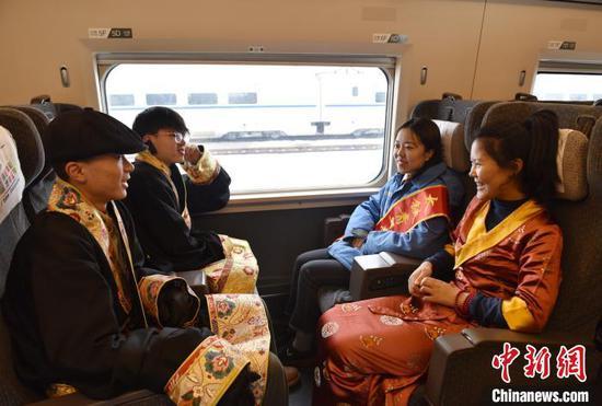 藏族学子共同交流高铁体验感受。 张晋彤 摄