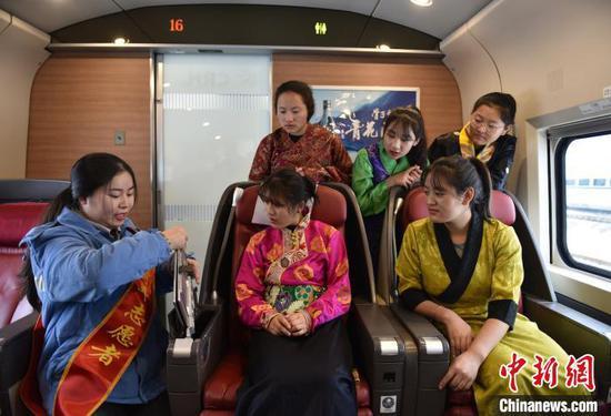 藏族学子体验高铁商务座椅。 张晋彤 摄