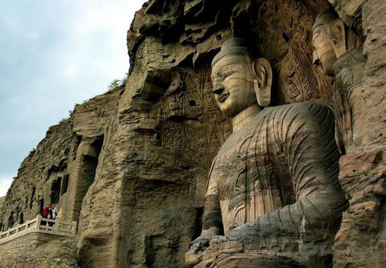 云冈石窟景区第二十窟的释迦坐像(新华社记者王颂 摄)