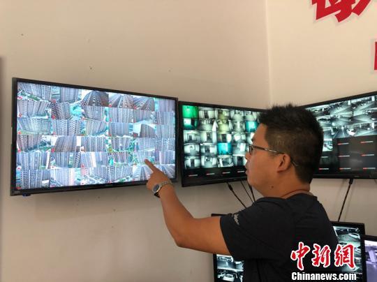 黃陵社區安裝了高空拋物攝像頭,全天對社區全部窗口進行監控。 屈麗霞 攝