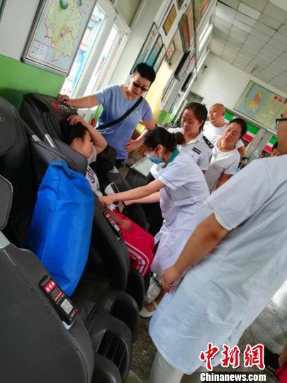 为了确保患者的安全,李宣红一直陪伴左右。供图