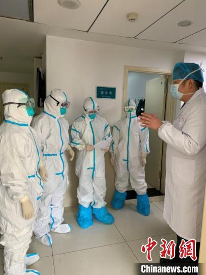 山西医科大学第二医院重症医学科一病区主任原大江作为山西省支援医疗队仙桃分队队长,第一时间奔赴抗疫一线。山医大二院供图
