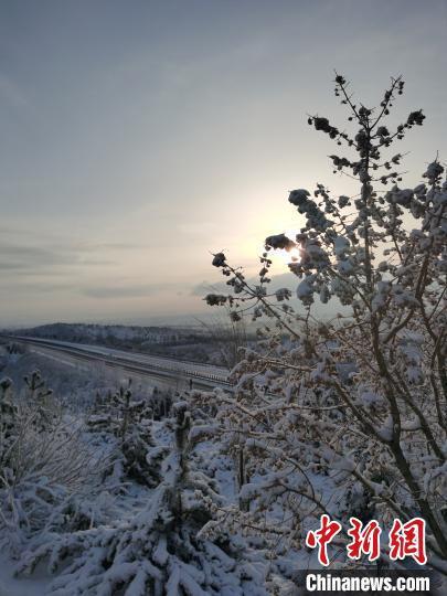 山西省气象台发布道路结冰黄色预警和暴雪蓝色预警。 秦永红 摄