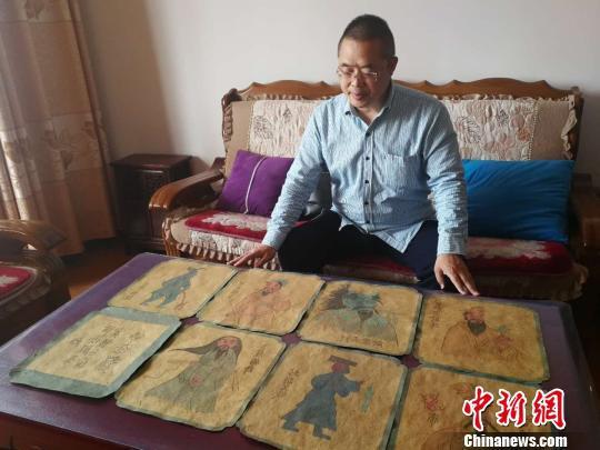 这套与高平炎帝行宫有关的壁画蓝本底稿的收藏者是当地研究炎帝民俗文化学者王永忠。 李吉毅 摄