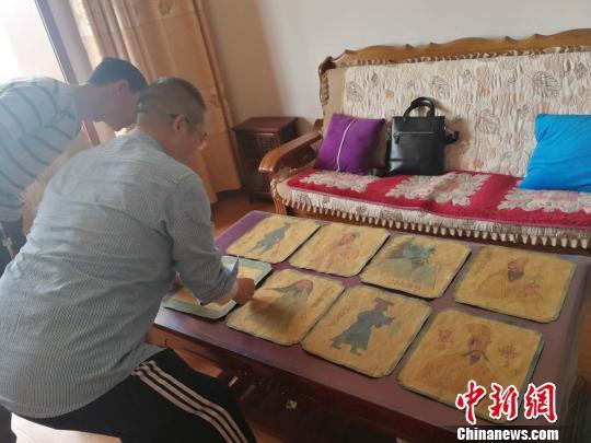 王永忠正在介绍8幅壁画蓝本底稿。 李吉毅 摄