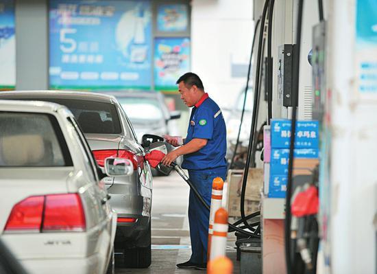 9日24时起,国内油价迎来年内第八次上调。图为9日,太原某加油站内,很多车主赶在油价上涨前加油。记者 胡续光摄