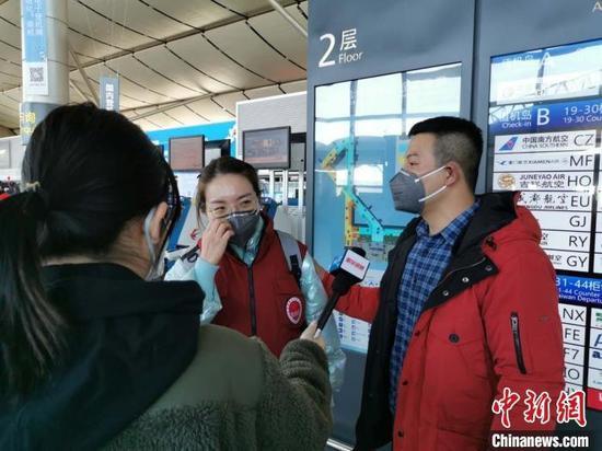 王冉是山西医科大学第二医院骨病区护士。 成宏 摄